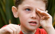 Ребенок закатывает глаза — есть ли повод для визита к врачу?